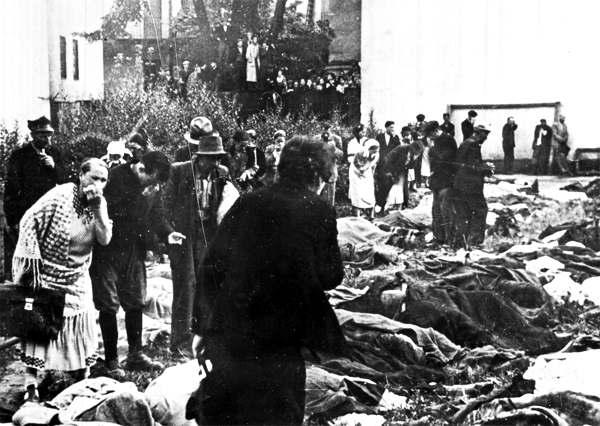 Тела убитых, разложенные для опознания во дворе тюрьмы № 1 (по ул. Лонцкого), г. Львов. Июнь 1941 года